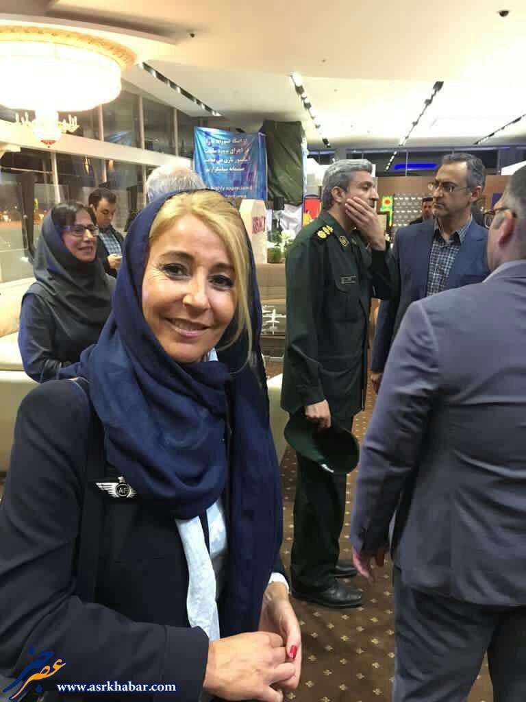 تصوير يكى از خدمه هواپيماى ايرفرانس در تهران با حجاب