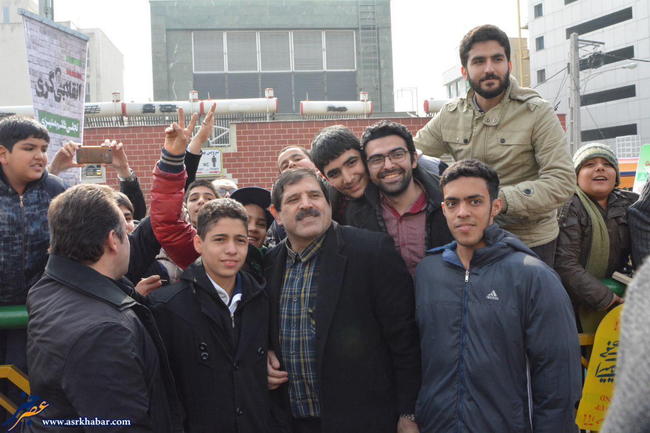عکس جدیدی در راهپیمایی , عباس جدیدی در راهپیمایی 22 بهمن , سلفی گرفتن مردم با جدیدی , سلفی مردم با جدیدی در راهپیمایی