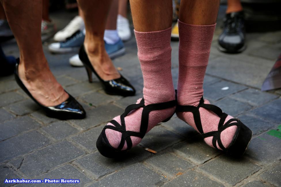 مسابفه دو مردان با کفش پاشنه بلند زنان عکس