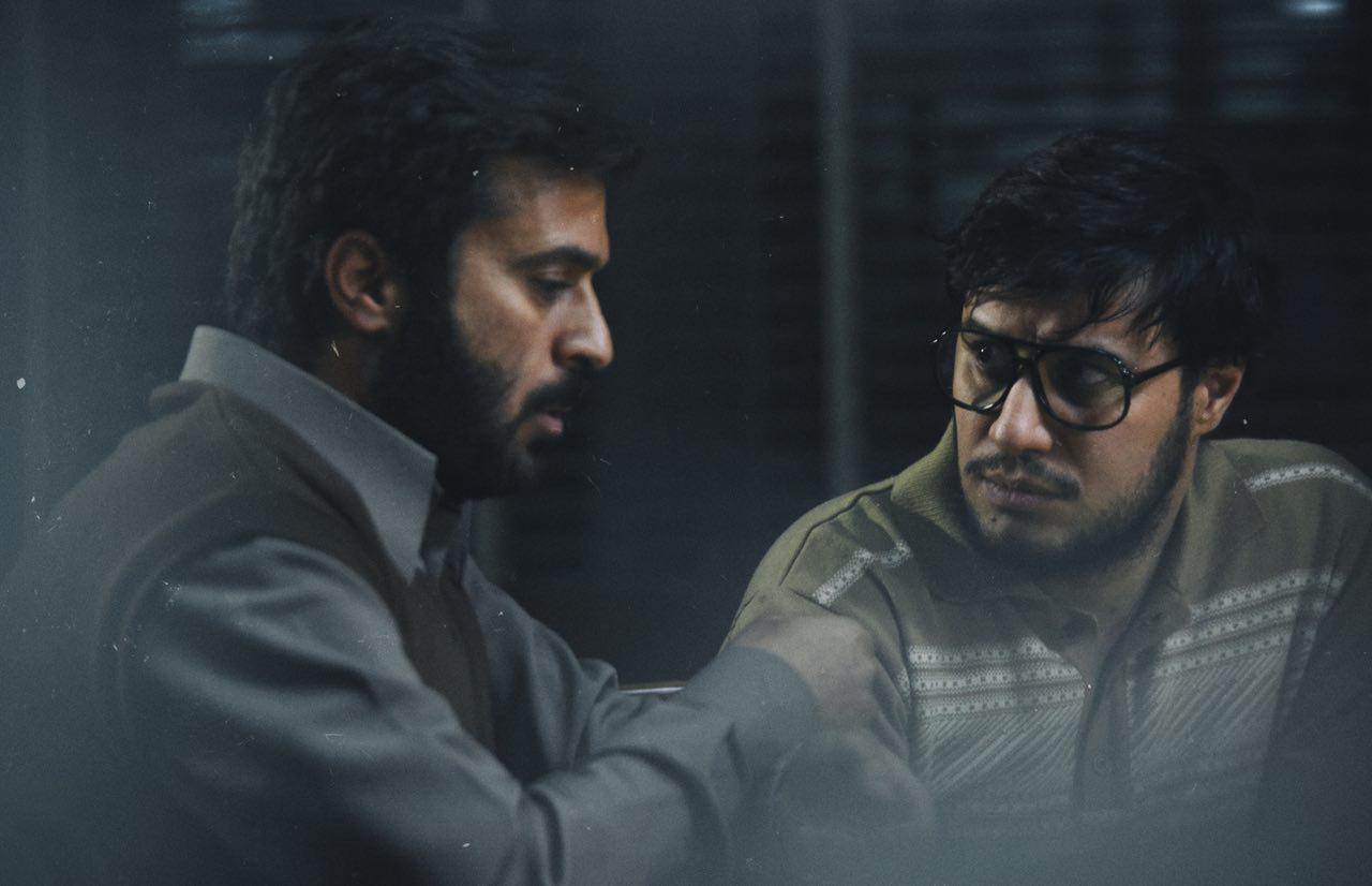 جواد عزتی مقابل دوربین کارگردان «ایستاده در غبار» +عکس