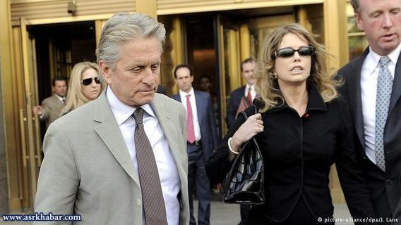 مایکل داگلاس و دیاندرا لوکر در سال ۱۹۷۷ ازدواج کردند و در سال دو هزار طلاق گرفتند. دعواهای حقوقی این دو حتی ده سال بعد از جدایی هم ادامه یافت. مایکل داگلاس ۴۵ میلیون دلار به لوکر پرداخت کرد.