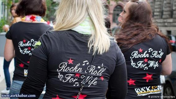 معمولا دوستان تیشرت یا لباسهای یکجورمیپوشند که برروی آنها شعاری نوشته شده است.